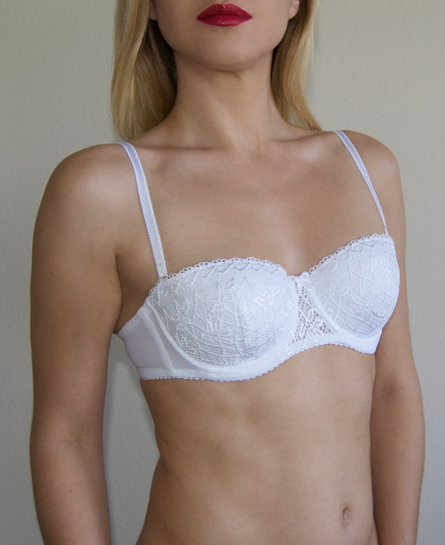 Compare to full-cup and demi-cup bra. Balcony: Similar to a balconette or demi-cup bra, but the sides are higher and the front is lower exposing more cleavage. Bandeau: A simple band of material, usually stretchy, that is worn across the breasts.